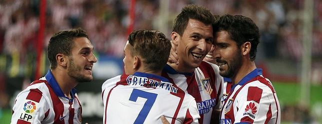Los jugadores del Atlético celebran el gol de Mandzukic